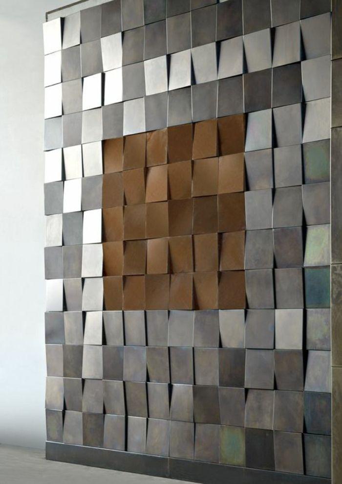 Un Mur En Plaques En Métal En Couleur Argent Et Bronze Style Arty