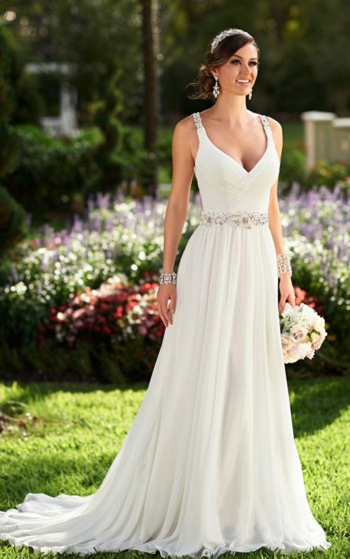 robe de mariée grecque, décolleté en V, bretelles en dentelle, couronne en diamants