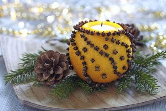 Coloca clavos de olor en la piel de una naranja y enciende una vela dentro. El olor ahuyentará a los... - Rebañando