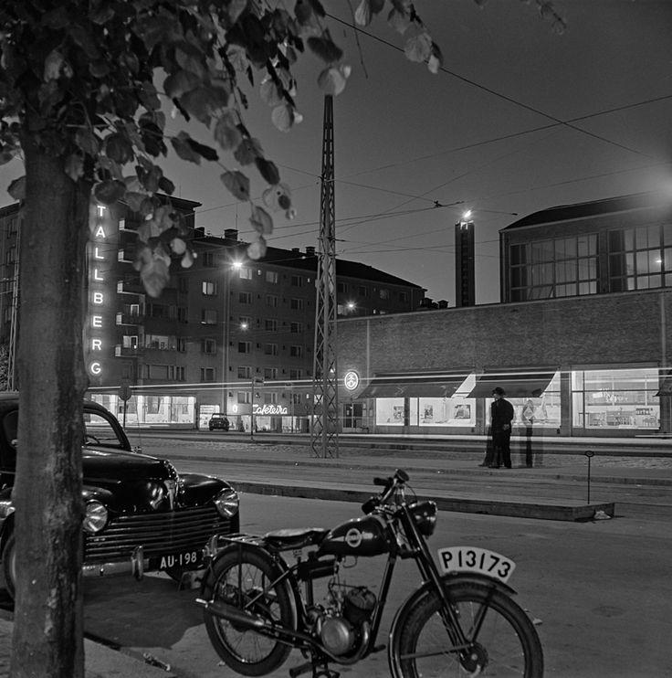 Olympiatuli Stadionin tornissa, Messuhalli etualalla vuonna 1952. Kuva: Helsingin kaupunginmuseo / Börje Dilén.