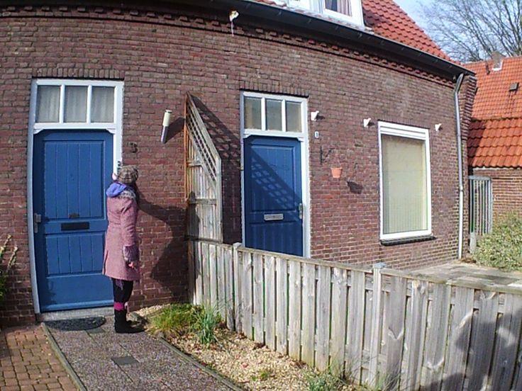 de huizen met de blauwe voordeuren in de bischopstraatjes