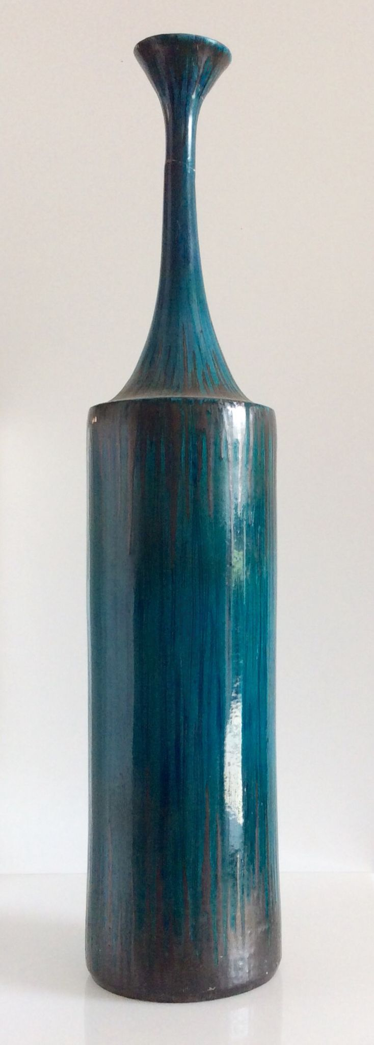 Bottiglia in terracotta smaltata color turchese. H.cm.88xdiametro max.20.