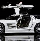 """MERCEDES-BENZ SLS AMG GT3  SULLE ALI DELLA LEGGENDA  La Mercedes-Benz SLS AMG """"Ali di gabbiano"""" stradale ha parecchi aspetti provenienti dal mondo delle competizioni, quali il motore anteriore-centrale, il cambio in blocco al retrotreno secondo lo schema Transaxle, le sospensioni a doppi bracci..."""