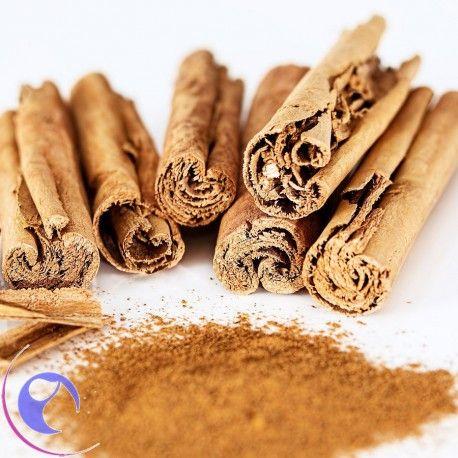 El aceite de canela presenta propiedades antiinflamatorias, antibacterianas y antifúngicas, siendo muy empleado en cremas, lociones y jabones.