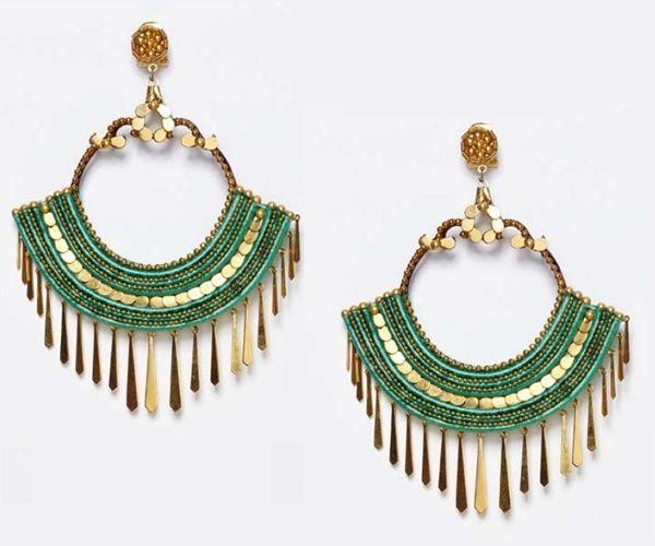 Originales pendientes de flamenca en tono verde hoja que combina con detalles en dorado y pequeñas lágrimas que cuelgan.