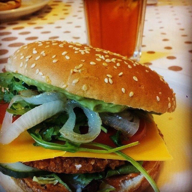"Vegan-Burger-Power.  mit avocadocreme, dinkelbratling, rucola, ""cheddar cheese"", gebratenen zwiebeln & tomate, gurke, salat"