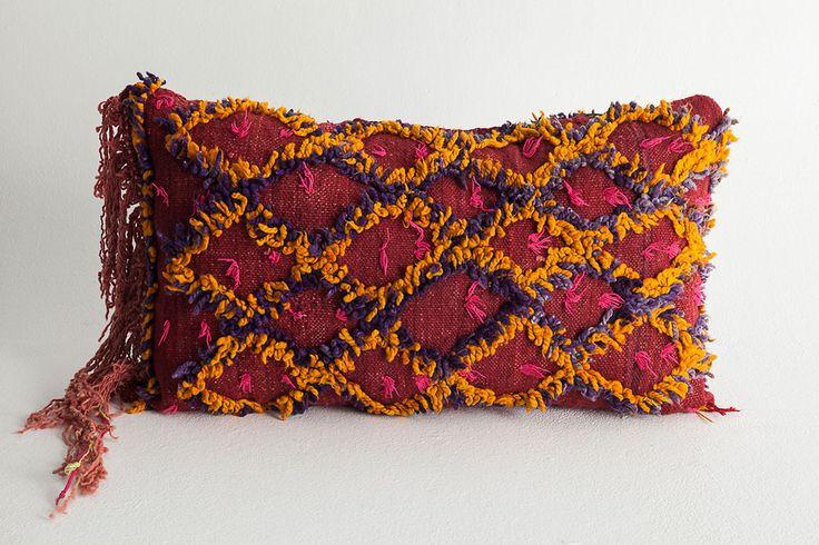 Espectacular cojín de la tribu Aït Bou Ichaouen. Esta peculiar e increíble pieza se distingue por su dibujo de filas de diamantes amarillo y violeta