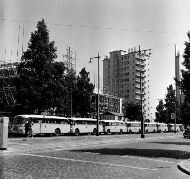 R.E.T. bussen op rij op de Coolsingel en op de achtergrond het HBU bankgebouw (Erasmushuis) van de architect Dudok.