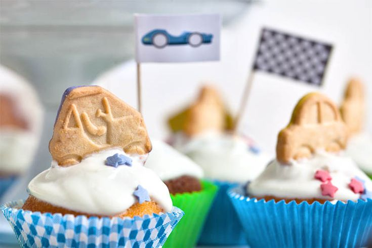 Valmiit muffinssien koristeet hammastikkujen päihin liimattavaksi!