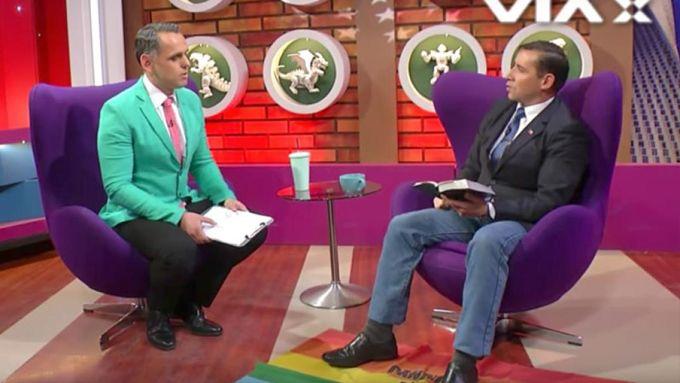 """¡Qué escándalo! Pastor generó polémica al pisotear bandera gay y llamarla """"trapo de inmundicia"""""""