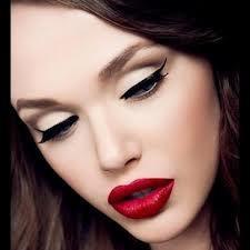Una tez blanquecina, de asiático fulgor; y como un lucero encarnado de excitante sensualidad unos labios marcados a fuego #labios #ojos #belleza #estética #pepa #viñas #peluquerías