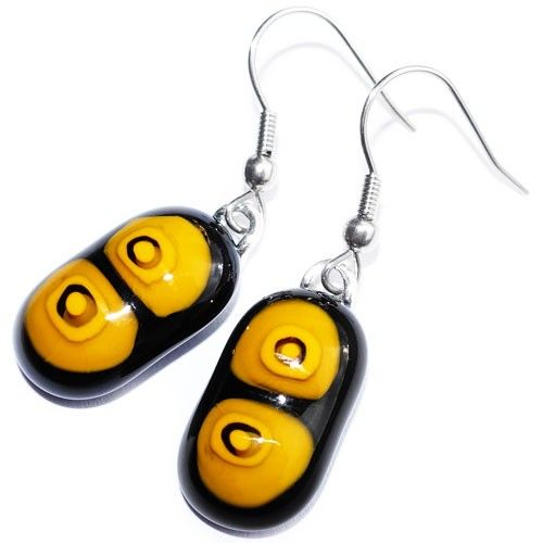 Zwart met gele glazen oorbellen. Glasfusing oorhangers uit eigen atelier. Unieke glazen sieraden.