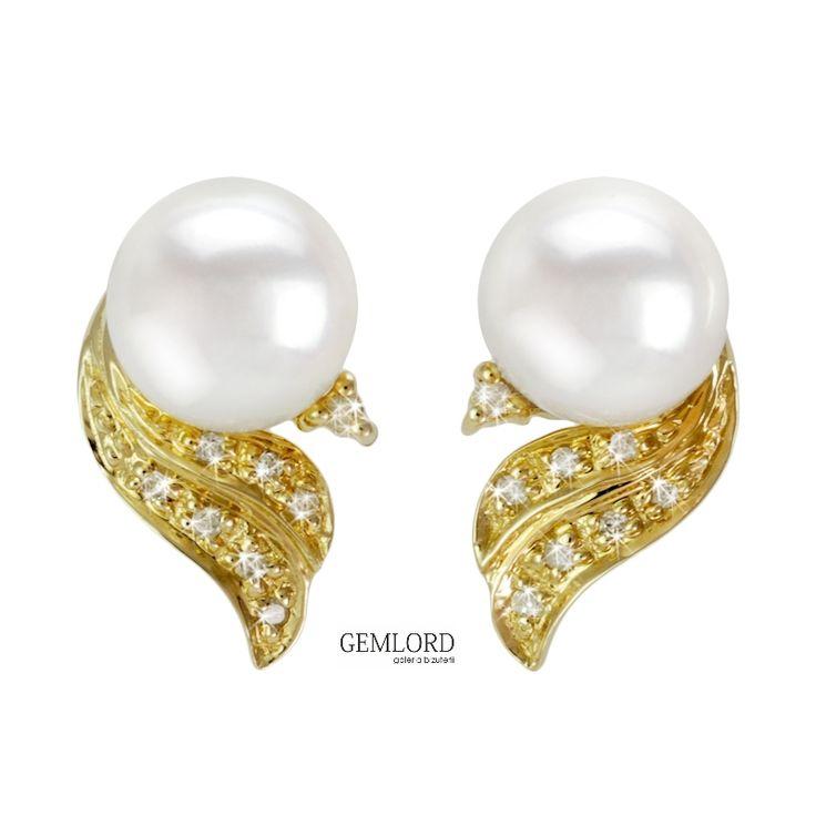 Kolczyki z białymi perłami Akoya w eleganckiej oprawie z białego złota i diamentami.  Ich barwa pasuje do dowolnej kolorystyki stroju, dla Pań o każdym typie urody. To fantastyczny pomysł na prezent dla Wyjątkowej Osoby.  #kolczyki #earrings #diamenty #diamonds #perły #pearls #perlas #perolas #жемчуг  #biżuteria #jewellery #jewelry #luxury