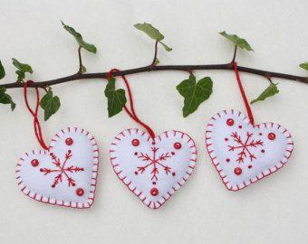 Filz-Herzen, Weihnachtsschmuck, handgefertigten roten und weißen Schneeflocke Herzen, Scandi Weihnachtsschmuck, skandinavischen Winter Hochzeit Gefälligkeiten.