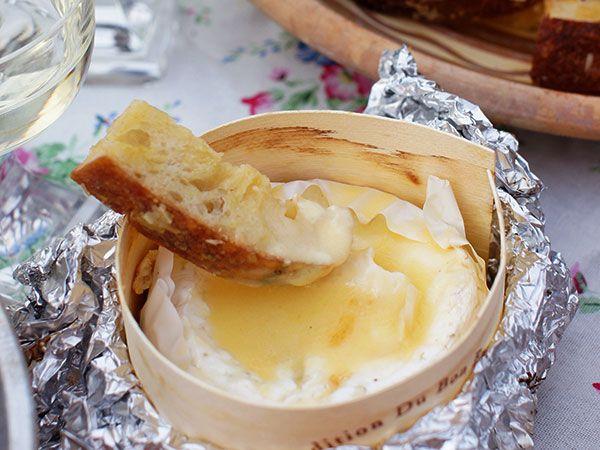 Snabb ostfondue med parmesanbröd | Recept.nu