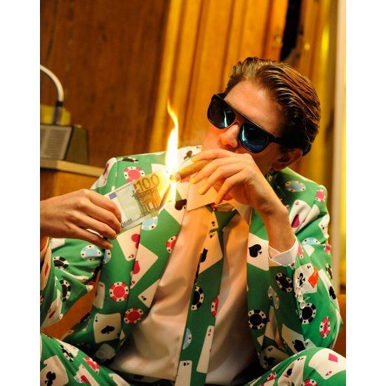 Groen getailleerd pak voor heren met een all-over print van een kaartspel. Het pak is gemaakt van hoogwaardig polyester en wordt geleverd met een bijpassende stropdas. Een prachtig casino kostuum voor de modebewuste man.