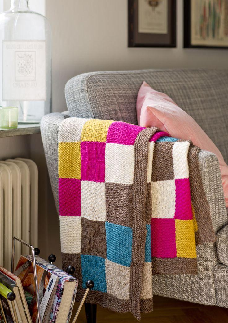 Lappsticka en personlig filt som både pyntar soffan och värmer dig! Variera färger och enkla mönstertekniker.
