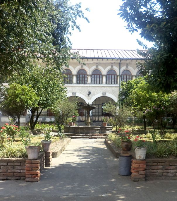 Biblioteca Aurelio Espinosa Polit #library #garden