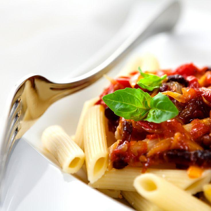 Makaron penne z pomidorami, boczkiem i papryczką chili najlepiej będzie smakować z Contemplations Chardonnay