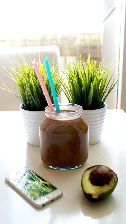 Mamy pełen słoik energii na dzisiejszy dzien! Banan, awokado, surowe kakao i mleko sojowe to chyba nasze ulubione składniki na zdrowego shake'a. Pracujemy i popijamy