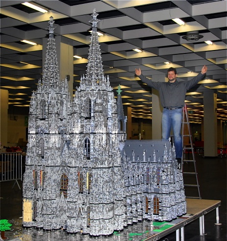 Building Cologne Cathedral with Lego bricks