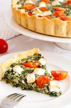 QUICHE DE ESPINACAS Para la masa: 225 gr. de harina 1 pellizco de sal 150 gr. de mantequilla fría cortada en dados 1 huevo grande, separada la clara de la yema 2 cucharadas de agua fría Para el relleno: 500 gr. de espinacas cortadas congeladas 150 gr. de queso crema (tipo Philadelphia) 2 huevos grandes y una yema 3 yogures griegos 1 cucharadas de queso parmesano 100 gr. de queso feta en dados 10 tomates cherry Sal Pimi...