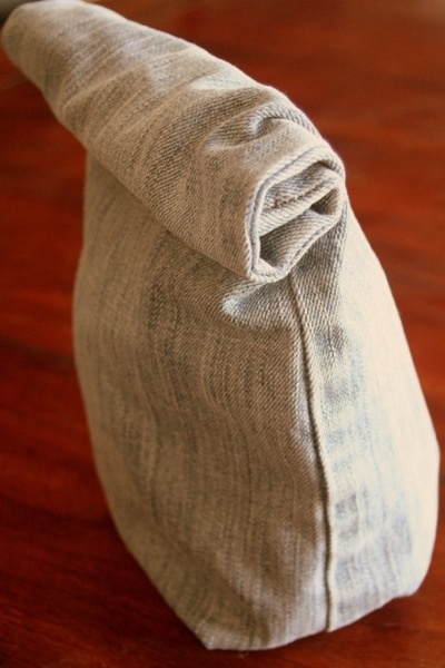 DIY: Adorable idea for repurposing old jeans into a lunch sack. Upcycle awayyyy!