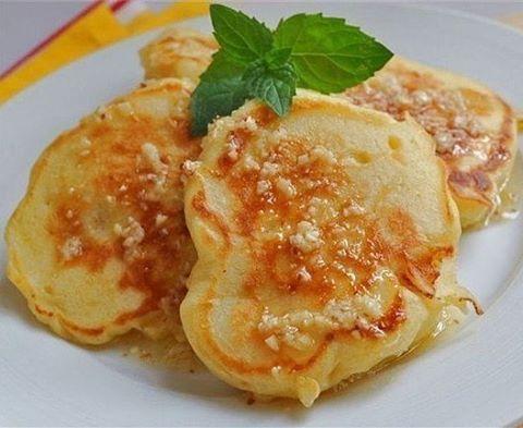 Кефирные оладьи с яблоками.  Кефир обезжиренный — 500 г Яйцо — 2 штуки Сахар — 1/2 стакана Соль — 1 щепотка Сода — 1/2 чайные ложки Мука пшеничная — 2 стакана Яблоки — по вкусу Для приготовления оладий необходимо взбить яйца с сахаром, соединить с кефиром, добавить соль. Затем добавить соду, муку и еще раз все перемешать — тесто должно получится легким, пышным, полугустым. Яблоки порезать мелкими ломтиками. Тесто разлить ложкой в горячую сковороду с растительным маслом. На поверхность оладий…