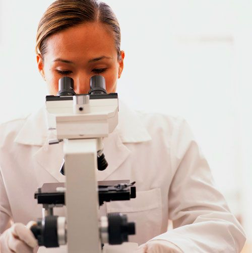 Microscopio  inventado en 1590, en Holanda. fabricantes e inventores holandeses de lentes Hans y Zacharias Janssen fueron quienes desarrollaron este dispositivo.También se cree que fue Galieo Galilei en 1610.Años más tarde fue utilizado por Antonie van Leeuwenhoe para descubrir que en el ambiente pululan organismos invisibles a simple vista.