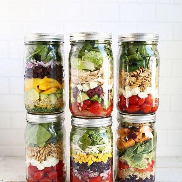 """Mason Jar Salad или просто """"салат в банке"""", распространённый приём подачи среди европейцев и американцев! Главный принцип приготовления такого салата – выкладывать все ингредиенты слоями в определённой последовательности. Так, его удобно брать в офис или дорогу. Итак, сначала налейте на дно заправку, затем положите сочные овощи вроде огурцов и помидоров. Затем добавьте слой «сухих» овощей (морковь, капуста и т.д.). Сверху можно положить мясо, яйца, пасту или сухарики. Теперь, когда салат…"""