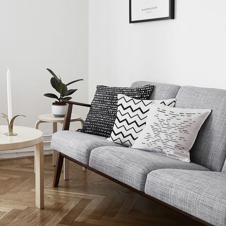 Coussin design au recto en lin blanc imprimé zig zag et au verso uni en coton noir. Ce coussin fabriqué en France est disponible en 45 x 45 cm.  #déco #décoration #scandinave #coussins #graphique