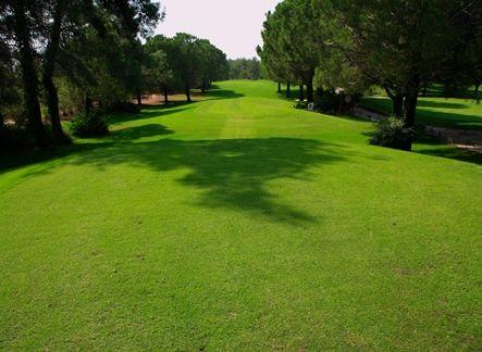 National Golf Club  PAR 72 GRUNDAD 1994 GUL TEE 6 403 M RÖD TEE 5 111 M HCP D36/H28 DESIGN DAVID FEHERTY  Banan öppnad i slutet av 1994 och har under åren utecklats till en erkänd och uppskattad bana. De lätt ondulerade fairwaysen kantas av de typiska pinjeträden. Här finns anlagda vattenhinder som är med i spelet. http://www.golfjoy.se/Golfbanor_Turkiet.htm