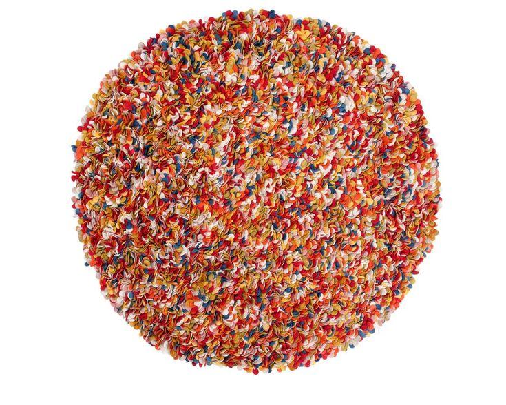 Le modèle Araav: un tapis Sukhi aux couleurs explosives! Chaleureux, il surprendra par la densité de ses milliers de petites facettes de feutre aux nuances bleues, rouges, jaunes, blanches, rouges... A retrouver sur www.sukhi.fr