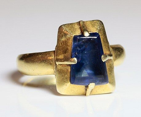 Romanesque and medieval gold and sapphire ring. 13th century.