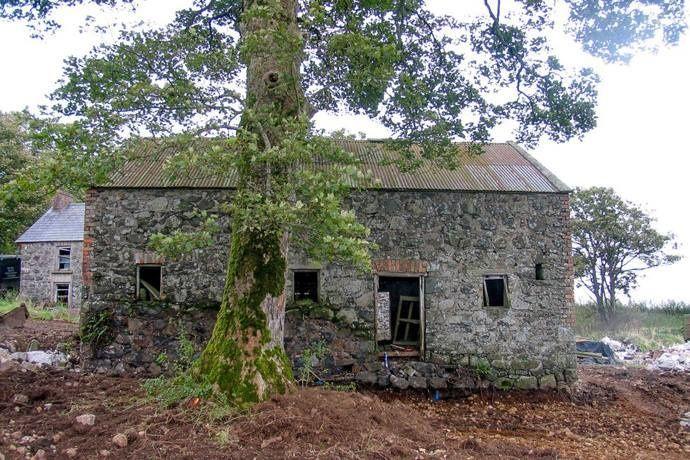 Voici une vieille grange Irlandaise... elle est jolie, en pierre... très sympa. Mais quelqu'un a vu le potentiel énorme de ce petit bâtiment. Et sa transformation est vraiment incroyable ! Découvrez un exemple parfait du mariage de l'ancien et du moderne....