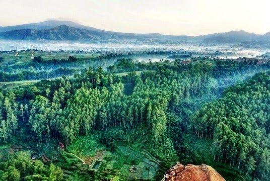 28 Pemandangan Yang Indah Di Bandung Tebing Keraton Indahnya Pemandangan Bandung Dari Ketinggian Download Menengok Indahnya 11 Ai Di 2020 Pemandangan Alam Pantai