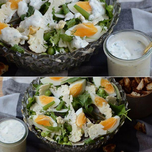 Vildt god salat med en fyldig blanding af æg, blomkål og friske ærter samt en suveræn creme fraiche dressing som prikken over i'et.