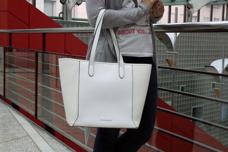 Kaunis valkoinen ostoskassi. Tilava, puolisuunnikkaan mallinen laukku tarjoaa riittävästi tilaa kaikille päivittäisille tarvikkeille. Laukku on ryhdikäs ja tilava sekä mukava kantaa niin kädessä kuin olalla. Kauniit yksityiskohdat tekevät laukusta tyylikkään! Verkkokaupassamme paljon Espritin laukkuja, löydä omasi: http://www.bebag.fi/esprit