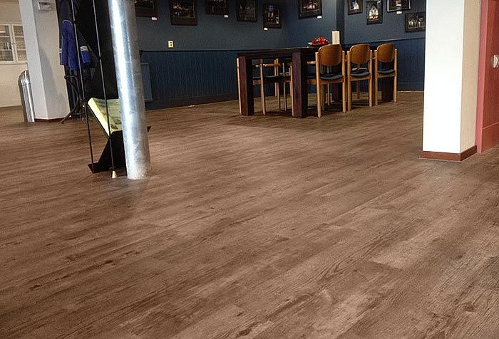 Pvc vinylplanken vloer in openbare ruimte sfeervol en ingetogen