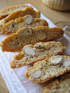 Ricetta dei tipici biscotti di Prato anche chiamati cantucci o cantuccini, croccanti e buoni biscotti alle mandorle da mangiare con vin santo della Toscana