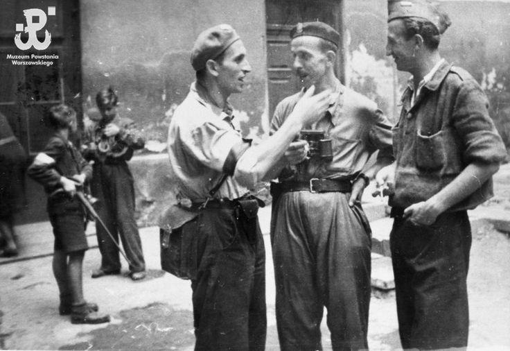 Fotografia z Powstania Warszawskiego. Joachim Joachimczyk, pierwszy z lewej, rozmawia z oficerami batalionu Sokół
