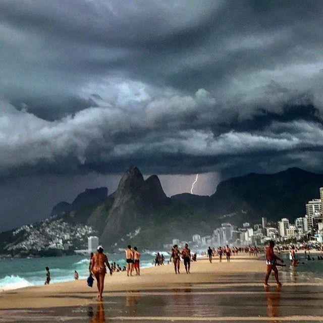 Praia de Ipanema / Leblon, Rio de Janeiro, Brasil by @therezaeugenia
