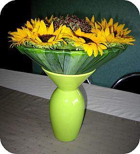 Boeket met plantaardige boekethouder maken boeketje bloemen snijden schikken verzorgen knippen