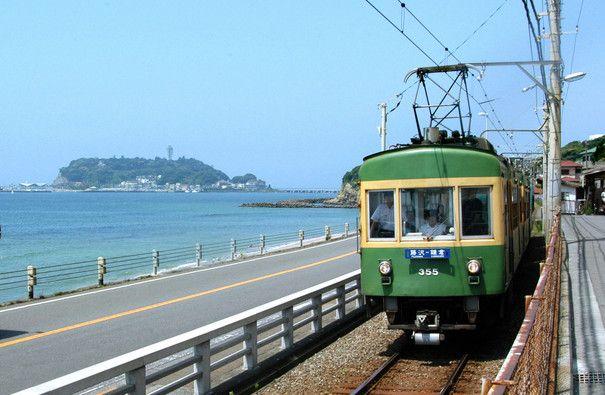 江ノ電 と七里ヶ浜。神奈川県鎌倉市。Enoden (railways) & Shichirigahama Beach, in Kamakura, Kanagawa Pref., Japan.