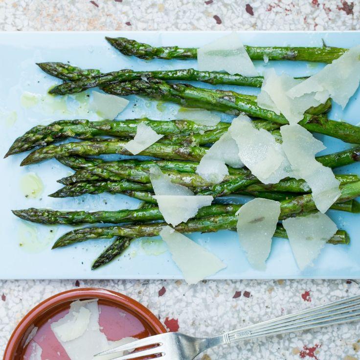 Grillede grønne asparges med pecorino