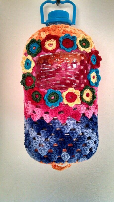 Reciclagem de garrafa de água . Fiz um puxa saco de crochet .