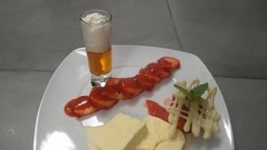 Rezept: Amaretto-Parfait, Erdbeereis, Erdbeercarpaccio mit Soße und heißer Amaretto mit Sahne