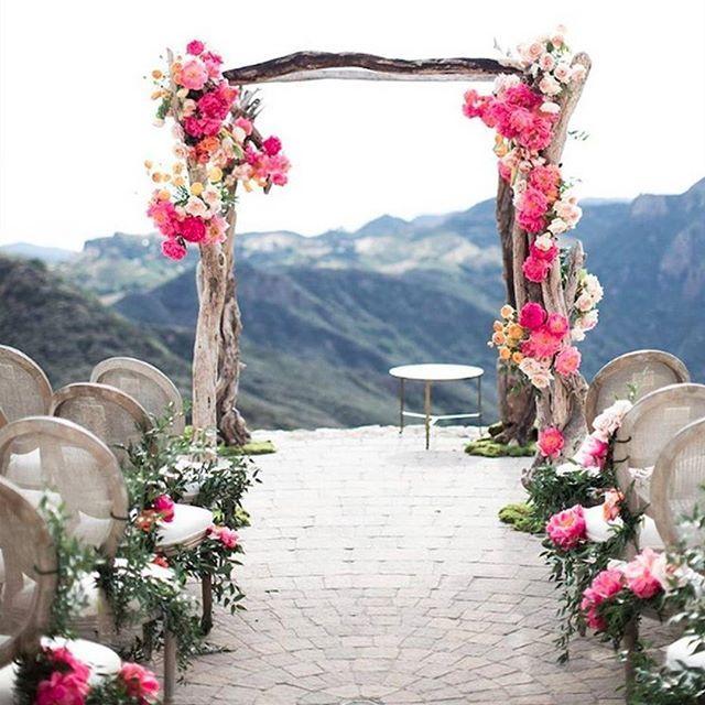 Altar | Um altar e um caminho de noiva todo decorado com com peônias corais e a…