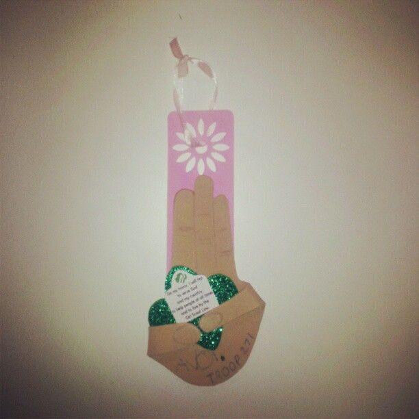 Girl Scout Promise Ornament  Made from Foam!   Trace girl scouts right hand with the promise fingers together and the thumb and pinky extended out. Then cut it out and tape or use foam glue to adhere them down to a trefoil cut out. Print the promise on a regular paper cut it out and adhere it to the trefoil. Then use a pencil to make the finger nails and creases. Found all the materials at Hobby Lobby. The Pink Daisy hook was a bookmark I attached the promise sign to. Enjoy!: Girl Scout Promise, Scouts Ornaments, Scouts Brownies, Girl Scouts, Girls Scouts Promise, Daisies Scouts, Daisy Scouts, Scouts Ideas, Scouts Daisy