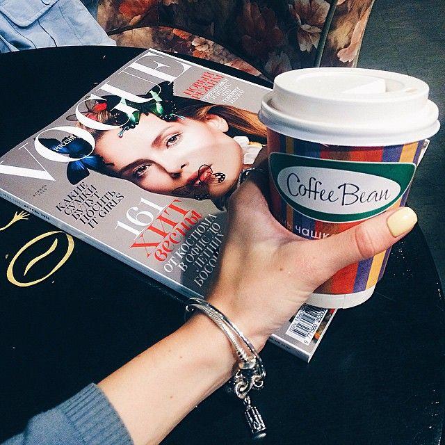 Воскресный вечерний релакс с кофе и Vogue☕️ А где вы черпаете модное вдохновение?)